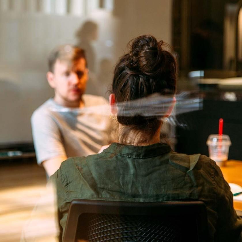 Nainen ja mies keskustelee