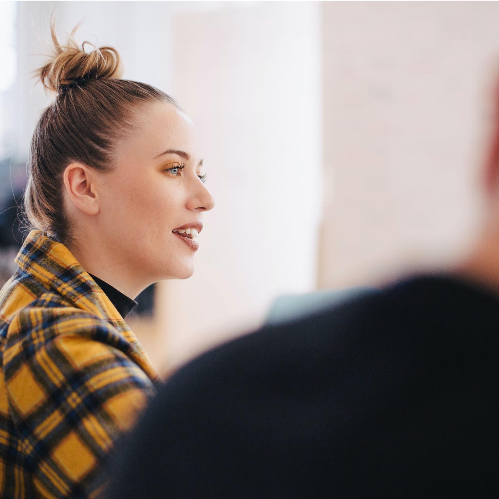 Nainen työpaikalla keskustelemassa