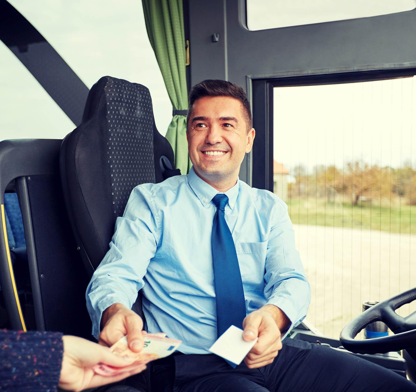 Kuvassa bussikuski rahastamassa